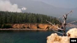 Літак-амфібія Бе-200 гасить лісову пожежу на березі Байкалу