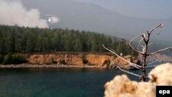 Самолет-амфибия Бе-200 тушит лесной пожар на берегу Байкала