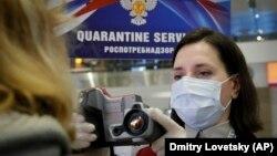 Орусиянын Пулково аэропортундагы жүргүнчүлөрдү текшерүү маалы.