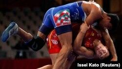 Акжол Махмудов во время финальной схватки - в красном трико.