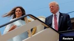 Президент США Дональд Трамп и первая леди Мелания Трамп на трапе президентского самолета Air Force One.