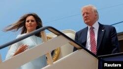 Президент США Дональд Трамп и первая леди Мелания Трамп на трапе президентского самолета Air Force One