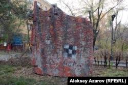 В пятидесяти шагах от бывшего музея комсомольской славы Казахстана сохранился монумент трудовой и боевой доблести комсомола. Алматы, 13 ноября 2013 года.