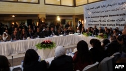 نشست کردهای سوریه در حسکه که به موازات نشست ریاض برگزار شدهاست. ۸ دسامبر ۲۰۱۵.