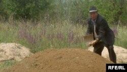 Алмос Тошиев, нахустин хабарнигори қирғиз набуд, ки зери гӯр мехобад