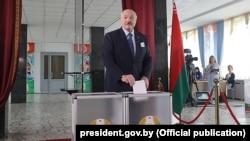 Բելառուսի նախագահ Ալեքսանդր Լուկաշենկոն քվեարկությանն է մասնակցում, 9 օգոստոսի, 2020թ.