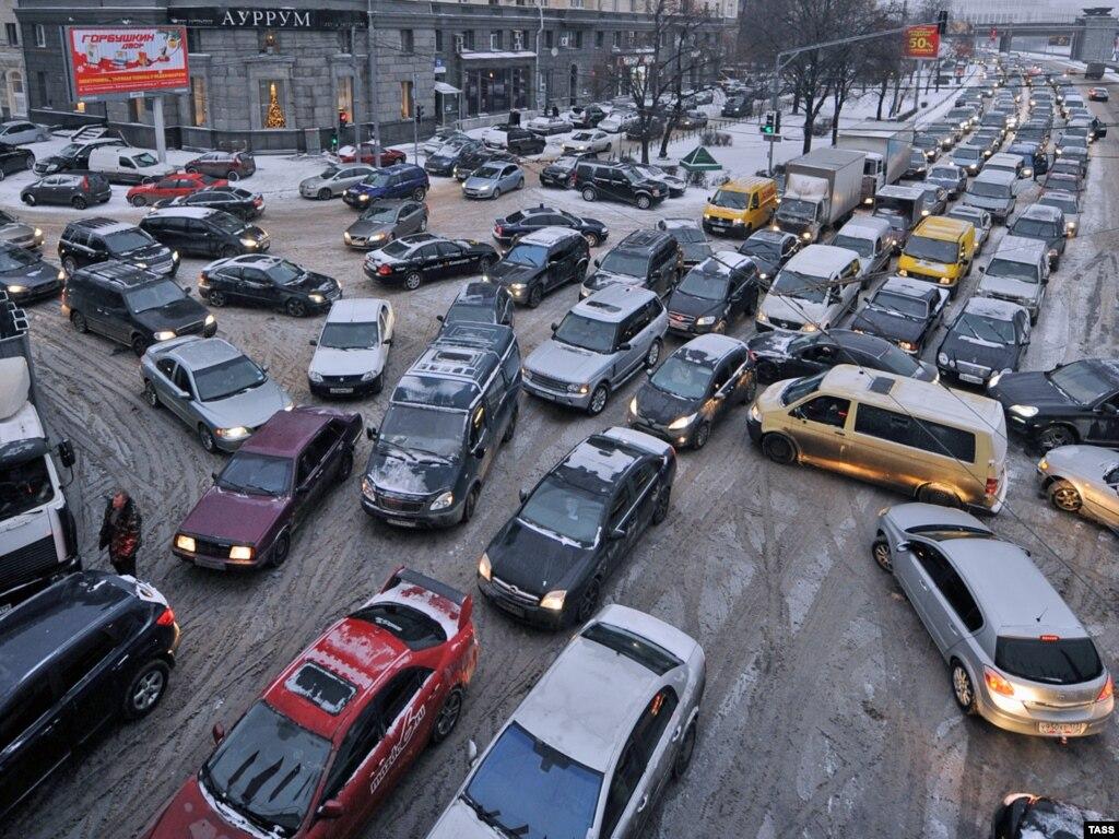 Putin Pledges To Cut Officials' Traffic Privileges