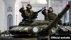 Әскери парад кезіндегі сарбаздар мен танктер, Астана (Көрнекі сурет).