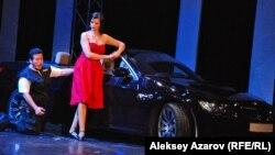 В новой постановке «Кармен» зритель видит современный антураж. В данной мизансцене партию Дона Хозе исполняет мексиканский тенор Хоэль Монтеро, партию Кармен – Оксана Давиденко. Алматы, 16 мая 2015 года.