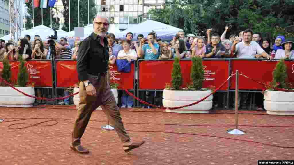 Muzičar Dino Merlin na crvenom tepihu.
