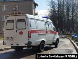 Скорая во дворе Псковской городской больницы