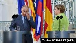 Володимир Путін та Анґела Меркель вийшли до журналістів поблизу замку Мезеберґ перед початком офіційної зустрічі