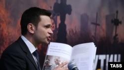 Ilya Yashin duke paraqitur raportin.