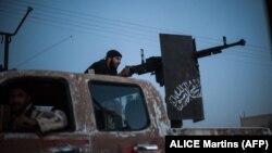 """""""Ахрар әл-Шам"""" көтерілісшіл тобының сарбазы күрд жасақтарымен ұрыс кезінде. Ракка провинциясы, Сирия."""