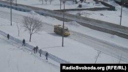 Столична околиця, район Південної Борщагівки. На відміну від суботи, пішоходи можуть пройти тротуаром, на дорозі — мікроавтобус 408-го маршруту, Київ, 24 березня 2013 року
