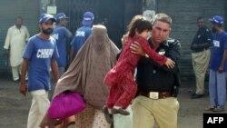Полиция қақтығыс болған жерден тұрғындарды көшіріп жатыр. Карачи. 1 тамыз 2011 жыл.