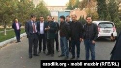 Актер Матякуб Матчонов (третий слева) в кругу родных и друзей после освобождения из зала суда. Ташкент, 31 октября 2016 года.