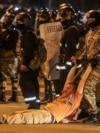 Сотрудник ОМОНа тащит одного из участников протестов в Минске. 9 августа 2020 года.