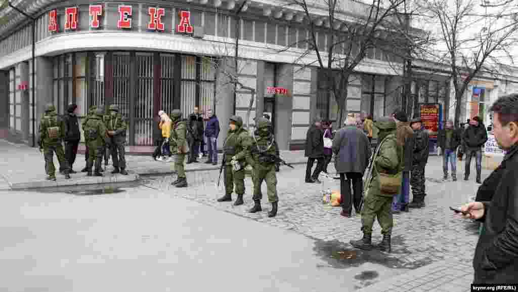 А на углу Пушкинской и Горького было вообще какое-то деревенское гуляние. Выглядело это именно так. Никакого смысла в дежурстве вооруженных до зубов спецназовцев в этом месте не было. Прохожих они не проверяли, движению людей не препятствовали, так что, скорее всего, это была продуманная демонстрация военной силы.
