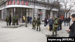 Российские военные на центральной улице Симферополя. 1 марта 2014 года