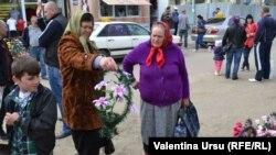 La Căușeni, două femei pregătindu-se de Paștele Blajinilor. 16 aprilie 2015
