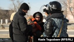 Патрульные проверяют прохожих. Город Жанаозен, 19 декабря 2011 года.