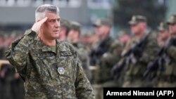 """Presidenti Hashim Thaçi, gjatë inspektimit të FSK-së, në kazermën """"Adem Jashari"""", Prishtinë."""