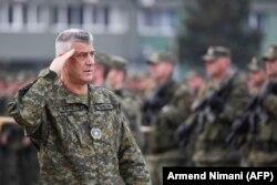 Thaçi me uniformë ushtarake duke inspektuar pjesëtarët e Forcës së Sigurisë së Kosovës. Prishtinë, 13 dhjetor, 2018.