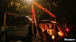 Полиция Трирда оломон устига ҳайдалган машинани олиб кетмоқда.