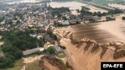 Поплави во Германија - Фотографија направена од властите на Рајн-Ерфт ја покажува областа откако обилните дождови предизвикаа поплави во Ерфштат-Блесем. 16 јули 2021 година.