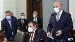 Държавният здравен инспектор Ангел Кунчев, министър Костадин Ангелов и председателят на Националния оперативен щаб Венцислав Мутафчийски