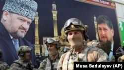 Вооруженные бойцы чеченского спецназа на празднике, посвящённом 70-летию со дня рождения Ахмада Кадырова, президента Чечни, убитого в результате взрыва бомбы в 2004 году