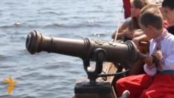 У Черкасах Дніпром мандрувала козацька чайка