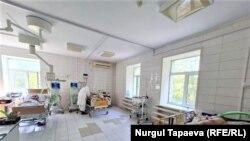 Коронавирус орталығындағы жансақтау бөлімінде жатқан науқастарды қарап жүрген медқызметкер. Нұр-Сұлтан, 6 тамыз 2021 жыл.