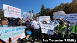 Глава инициативной группы по созданию Демократической партии Жанболат Мамай (в центре) на митинге в Алматы. 13 сентября 2020 года.