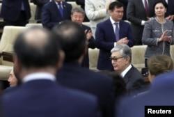Исполняющий обязанности президента Казахстана Касым-Жомарт Токаев (справа внизу) и его предшественник Нурсултан Назарбаев (слева) участвуют в совместном заседании палат парламента в Астане, Казахстан, 20 марта 2019 года.