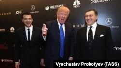 Эмин Агаларов (слева направо), Дональд Трамп и Арас Агаларов в 2013 году. Москва, конкурс «Мисс Вселенная».