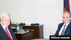 Личный представитель действующего председателя ОБСЕ, посол Анджей Каспшик (слева) и министр иностранных дел Армении Зограб Мнацаканян, Ереван, 17 мая 2018 г.