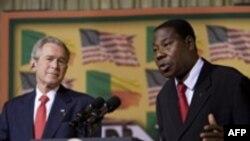 جرج بوش و یایی بونی، روسای جمهوری آمریکا و بنین در کنفرانش خبری مشترک ( عکس: AFP)