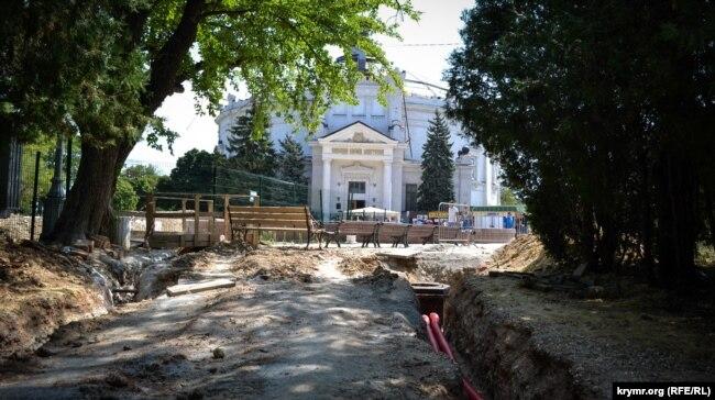 Работы на Историческом бульваре не ведутся, тротуар на подходе к площади у здания Панорамы разрыт. Июль 2019 года