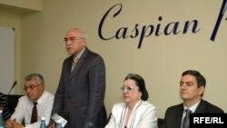 Оппозиционные лидеры (слева направо) Эльдар Намазов, Иса Гамбар, Лала Шовкет и Али Керимли, Баку, 5 сентября 2008 года