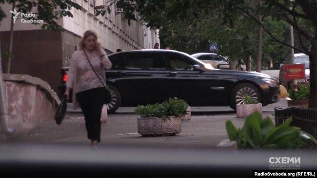 Авто олігарха Ігоря Коломойського залишає будівлю МВС