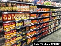Produkte të Kosovës dhe të vendeve të tjera, të vendosura në një dyqan në Prishtinë.