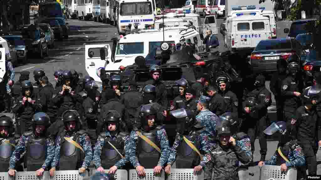 Полицейские оцепили проспект Баграмяна, ведущий к зданию парламента страны, Ереван,17 апреля 2018 г.