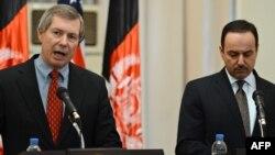 Заступник спецпредставника США в Афганістані і Пакистані Джеймз Ворлік (л) і посол Афганістану у США Екліль Хакімі (п) на прес-конференції в Кабулі на початку переговорів, 15 листопада 2011 року