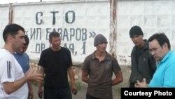 Вадим Курамшин (крайний слева) и гражданский активист Айнур Курманов (крайний справа) беседуют с заключенными колонии в Шахтинске. 24 июня 2011 года.