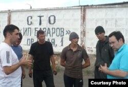 Гражданские активисты Вадим Курамшин (крайний слева) и Айнур Курманов (крайний справа) беседуют с заключенными колонии-поселения АК-159/20. Шахтинск, 24 июня 2011 года.