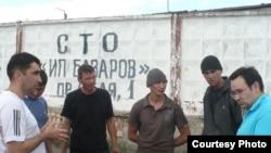 Вадим Курамшин (крайний слева) и гражданский активист Айнур Курманов (крайний справа) беседуют с заключенными колонии - поселения АК - 159/20. Шахтинск, 24 июня 2011 года.