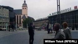 Германияның Кельн қаласындағы орталық темір жол вокзалы маңындағы алаң. (Көрнекі сурет.)