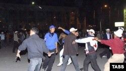 Глава МВД Киргизии заявил, что жесткие действия милиционеров были вынужденными, так как их начали забрасывать камнями